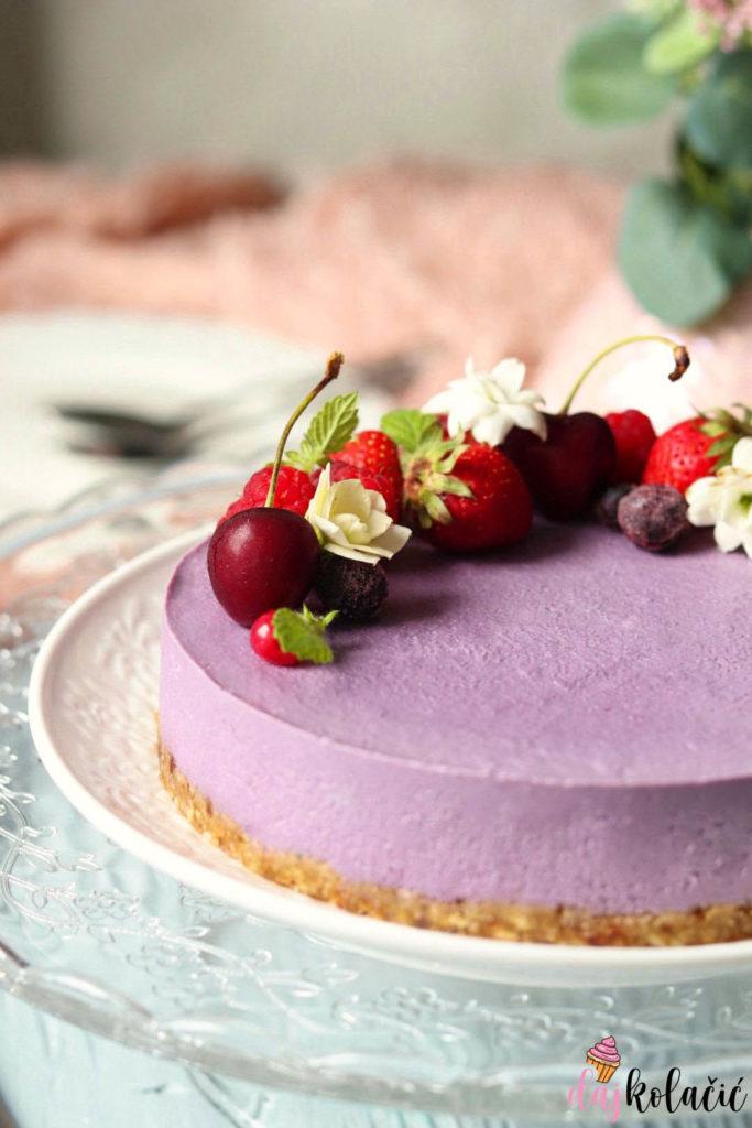 Sirova veganska torta od šumskog voća