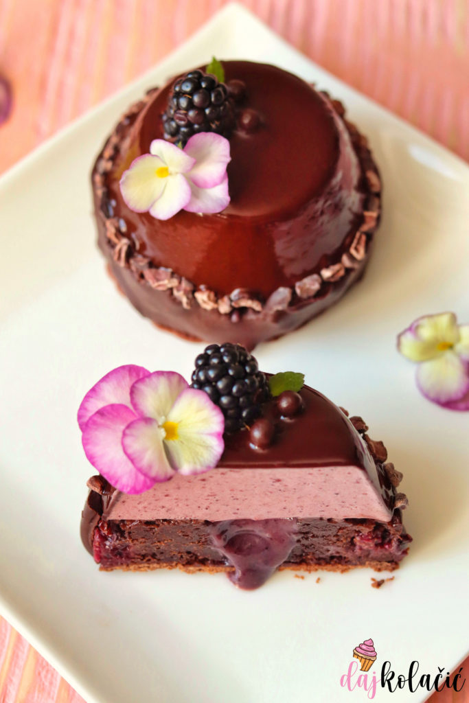 Brownie kolač s mousseom od kupina
